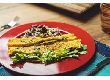 Omelette al formaggio con contorno di chips di verdure